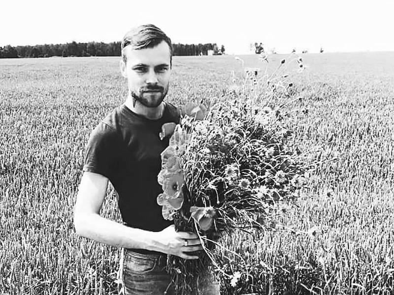 Plurals i Singulars - Cremen i assassinen un activista LGTBI a Letònia