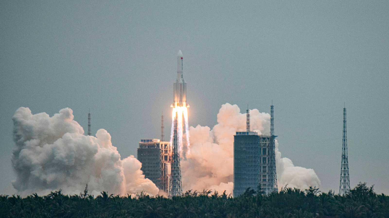 Más cerca - Vigilan la caída de un cohete chino fuera de control - Escuchar ahora