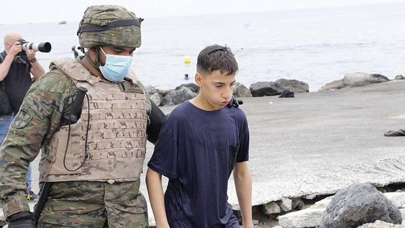 Por tres razones - Militares en Ceuta: ¿escudo humano o ayuda humanitaria? - Escuchar ahora