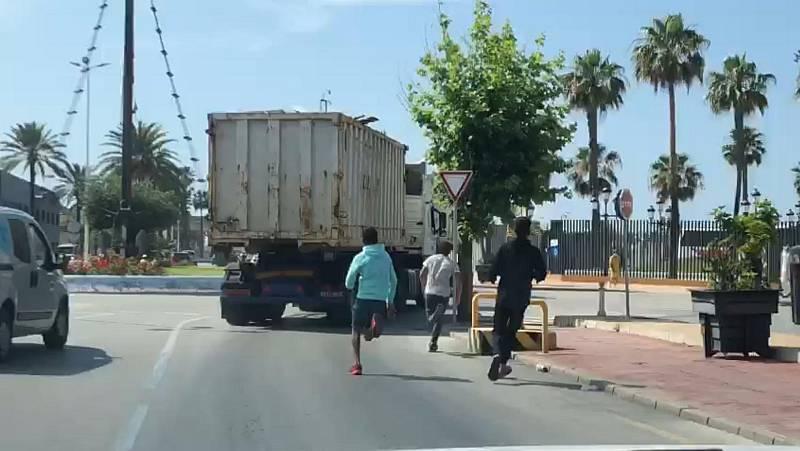 España a las 8 Fin de Semana - Los transportistas de Ceuta reclaman más vigilancia en el puerto para evitar posibles accidentes - Escuchar ahora