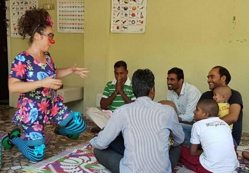 En Directe a Ràdio 4 - Al Teu Costat - Mònica Santos, de treballadora de banc a pallassa d'hospital a Bombai