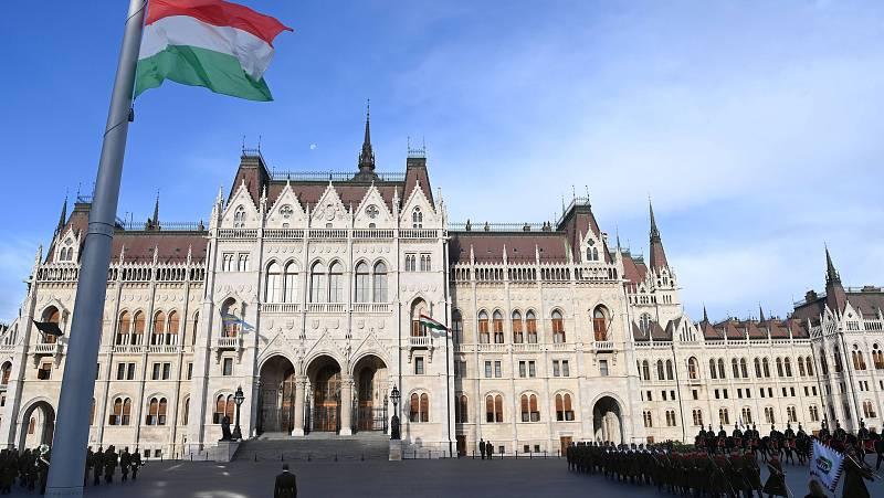14 horas - El Parlamento húngaro prohíbe hablar de homosexualidad en los colegios - Escuchar ahora