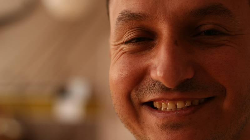 """Por tres razones - Ayham Al-Ghareeb: """"queríamos hablar sin miedo"""" - Escuchar ahora"""