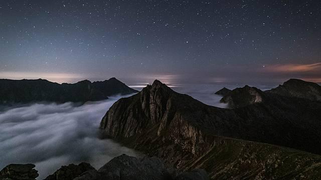 Entre dos montañas ascendía una estrella