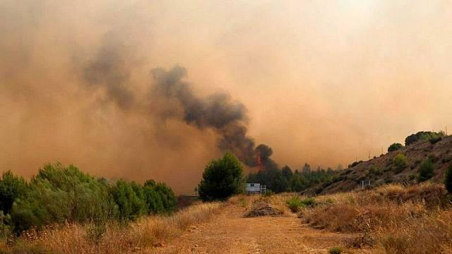 Equipos de emergencia trabajan para extinguir los incendios