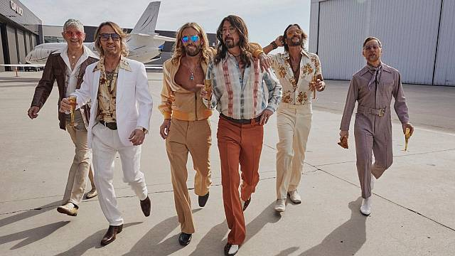 Foo Fighters versionando a Bee Gees