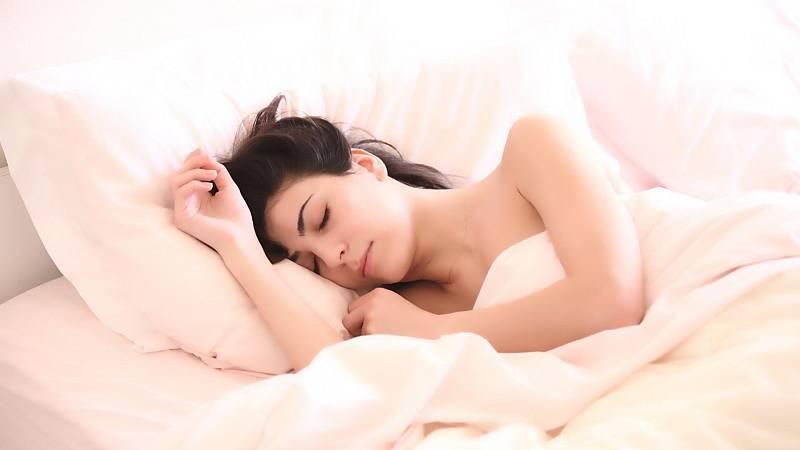 Con bata blanca - ¿Eres dormidor largo, normal o corto? - 30/07/21 - escuchar ahora