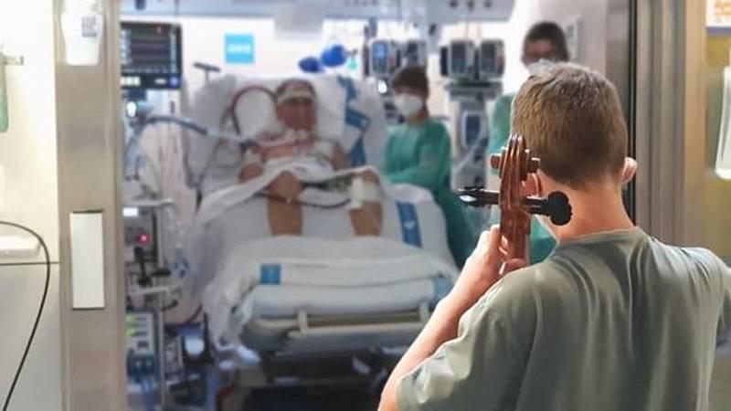 Por tres razones - El joven de 13 años que tocó el chello para su padre en la UCI - Escuchar ahora