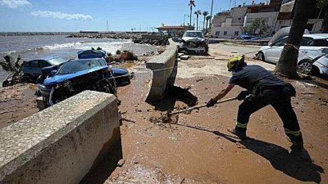 Intervenció a la badia dels Alfacs per alliberar les platges de residus | PILAR RIBAS