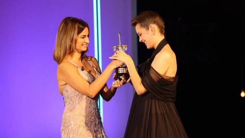 Marion Cotillard recibe el Premio Donostia de manos de Penélope Cruz - Escuchar ahora