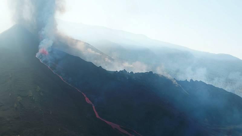 """Más cerca - El volcán vuelve a expulsar lava tras un breve parón: """"Las pausas no implican que estemos ante el final de la erupción"""" - Escuchar ahora"""