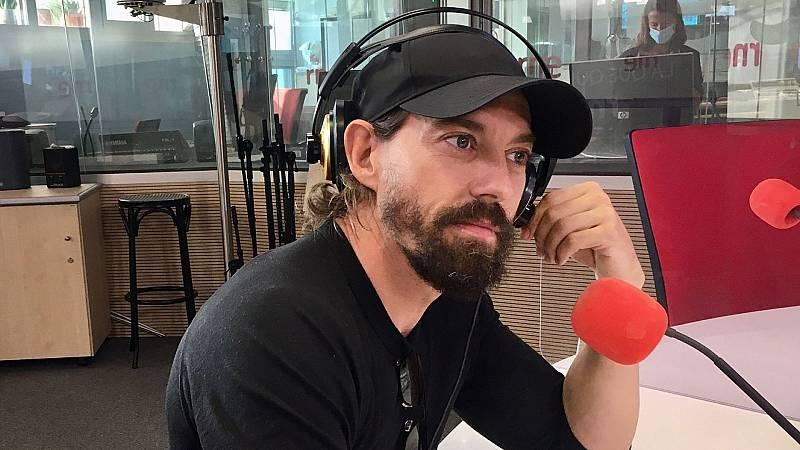 """Tarde lo que tarde - Adrián Lastra: """"Para mí, la interpretación es jugar"""" - Escuchar ahora"""