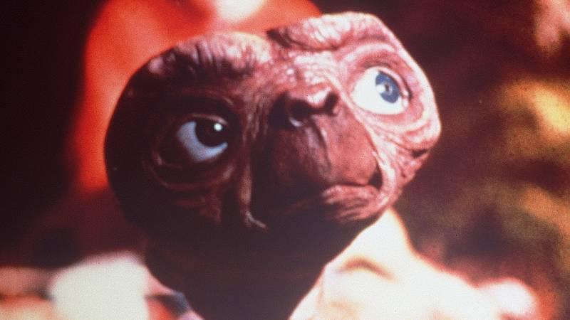No es un día cualquiera - Carme Contreras, la voz de E.T. - Escuchar ahora