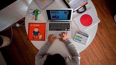 España a las 8 Fin de Semana - La baja laboral podría extenderse a los padres que deban guardar cuarentena - Escuchar ahora
