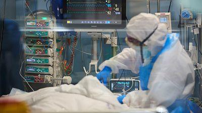 Las mañanas de RNE con Íñigo Alfonso - La Organización Médica Colegial asegura que la contratación de médicos sin título reconocido pone en riesgo la seguridad de los pacientes - Escuchar ahora