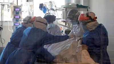 """14 horas - La tercera ola agota a los sanitarios: """"Muchos se dan de baja en medio de un turno"""" - Escuchar ahora"""
