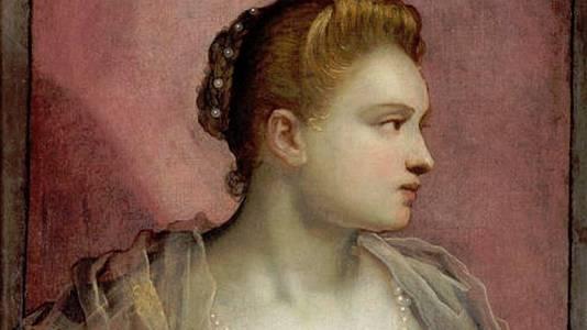 La dama que descubre el seno