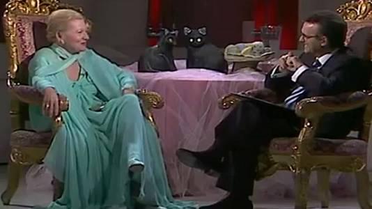 Charo López y Joan Fontaine