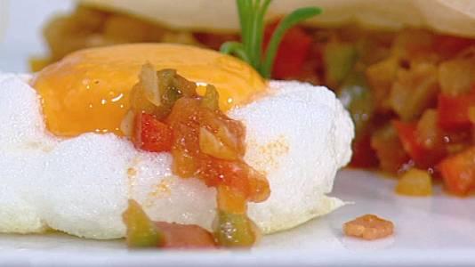 Pisto de pimientos con huevos y pasta filo con avellanas