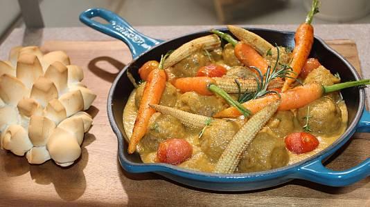 Ensalada de quinoa con naranja y albóndigas con verduras