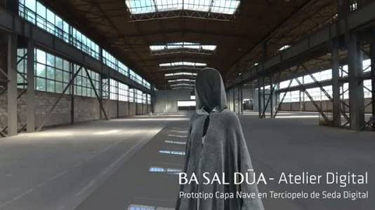 Prototipo de capa en terciopelo de seda digital, colaboración de Basaldúa con el Sense Studiö de Incommon Human Technologies