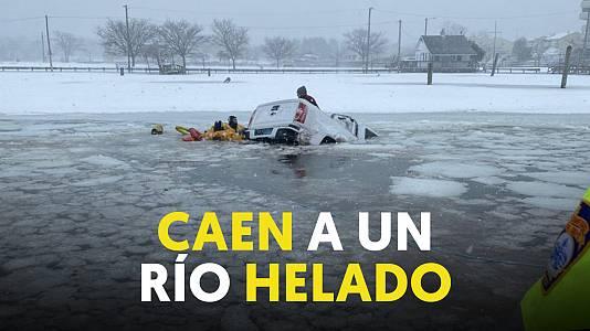 Los bomberos rescatan a una pareja que cayó con su furgoneta a un río helado