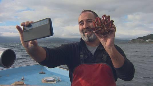 Mariñeiro do Son que difunde nas redes sociais o seu traballo no mar