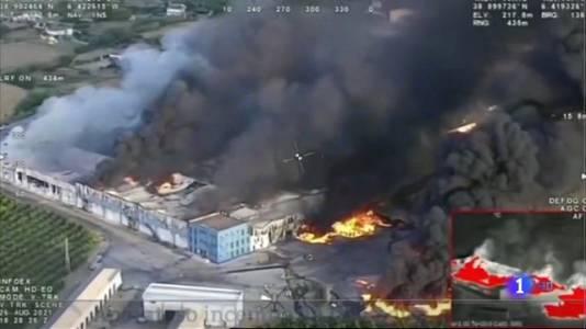 El fuego arrasa 'El Escobar', una central frutícola cerca de Mérida
