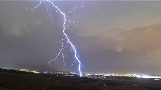 Chubascos y tormentas que pueden ser localmente fuertes en amplias zonas del interior peninsular