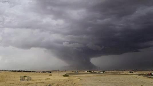 Chubascos y tormentas que pueden ser localmente fuertes y acompañadas de granizo en la mitad nordeste peninsular y nordeste de Baleares
