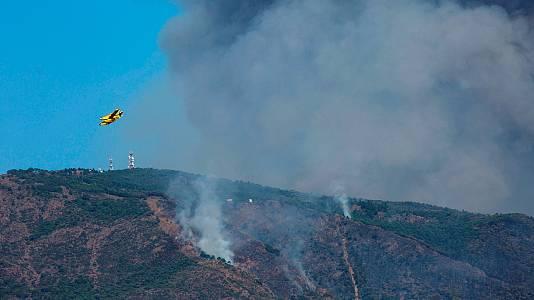 41 medios aéreos y medio millar de efectivos por tierra combaten el incendio de Sierra Bermeja