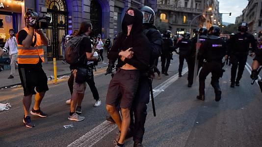 Disturbios frente a la Jefatura de Policía de Barcelona tras la Diada de Cataluña