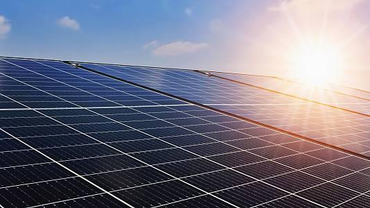 El precio récord de la luz aviva el interés por las energías renovables
