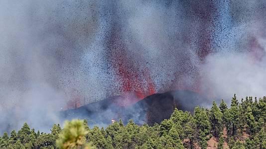 """Instituto Volcanológico de Canarias: """"Es una erupción estromboliana que emite fuentes de lava y piroclastos"""""""