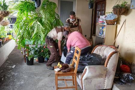 Los vecinos desalojados intentan salvar algunas de sus pertenencias antes de que la lava arrase sus viviendas