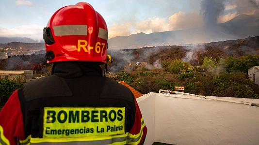 Los bomberos de La Palma intentan reconducir la lava hacia un barranco cercano