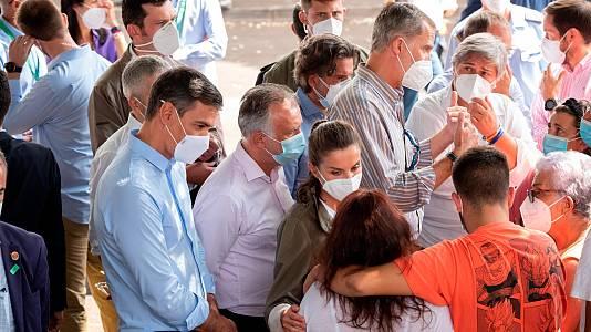"""Los reyes visitan a los afectados de La Palma: """"Entre todos vamos a ayudar a recomponer sus vidas"""""""