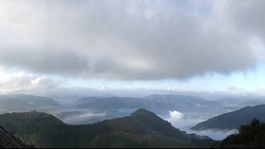 En casi todo el país se espera tiempo anticiclónico, seco y estable, con predominio de cielos poco nubosos o despejados