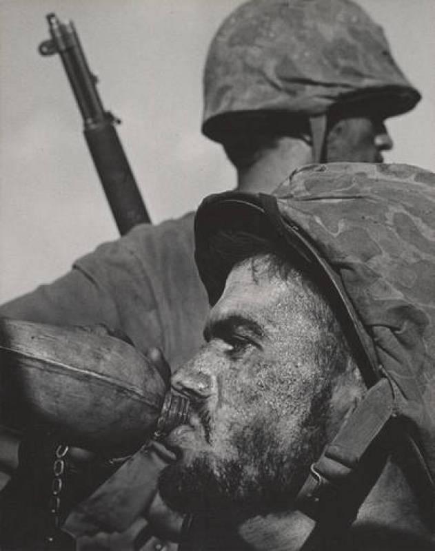 Soldado en primera línea de batalla con cantimplora, 1945