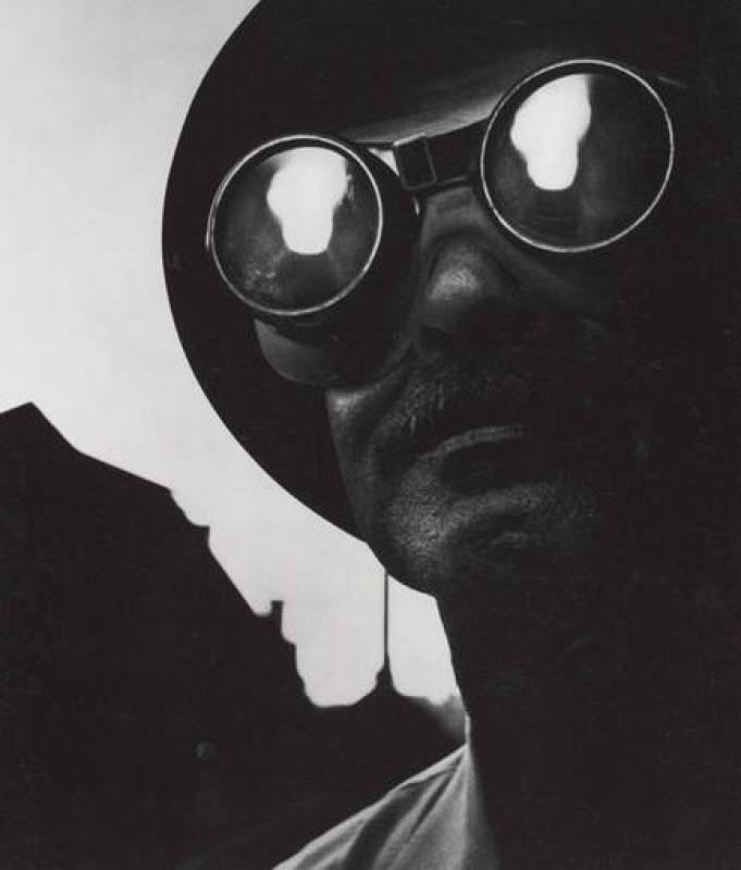 Trabajador del acero con gafas protectoras, 1955