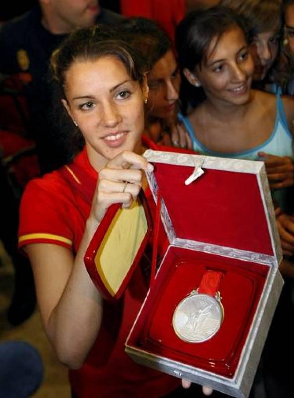 La nadadora Alba Cabello muestra su medalla de plata obtenida en natación sincronizada.