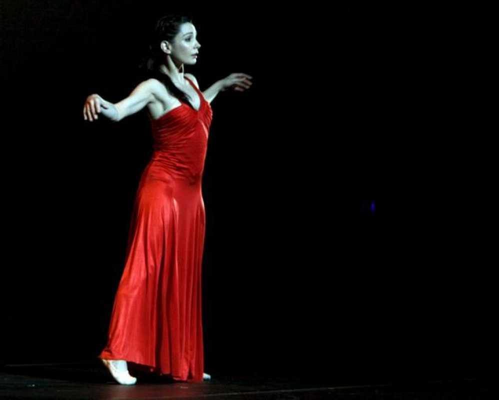 La bailarina Tamara Rojo durante su actuación esta noche en la ceremonia de clausura de la Expo de Zaragoza.