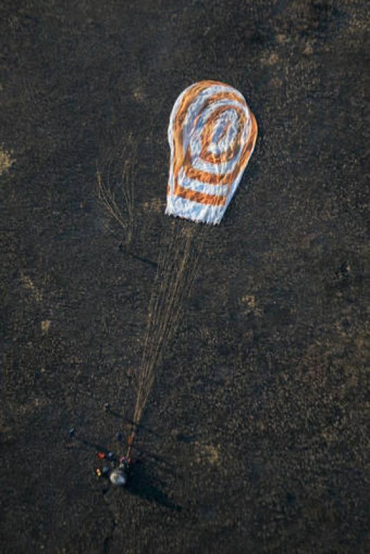 La cápsula rusa Soyuz ha aterrizado en la Tierra, en concreto en Kazajstán, llevando a dos tripulantes rusos y al sexto turista espacial, el estadounidense, Richard Garriott.