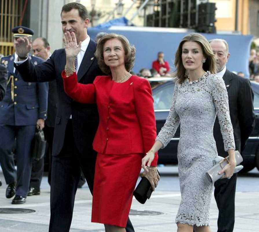 La Reina Sofía, acompañada por los Príncipes Felipe y Letizia a su llegada al Teatro Campoamor de Oviedo.