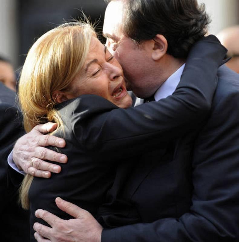 Maria Teresa Alvarez, viuda de Sabino Fernández Campo, abraza a Graciano Garcia, director de la Fundación Príncipe de Asturias.