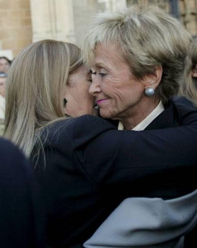 Maria Teresa Alvarez saluda a la vicepresidenta primera, María Teresa Fernández de la Vega, durante el funeral de Sabino Fernández Campo.