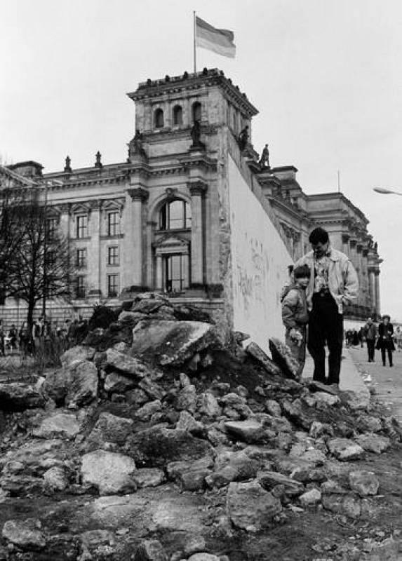 Cerca de 200 personas murieron en su intento de cruzar el muro durante los 28 años que duró la escisión de Alemania.