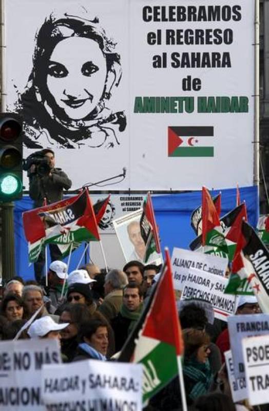Algunos de los participantes en la manifestación portan una pancarta
