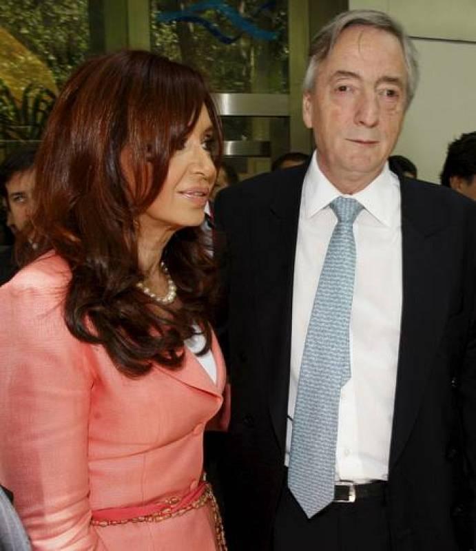 La presidenta de Argentina, Cristina Fernández de Kirchner, y su esposo y antecesor en el cargo, Néstor Kirchner, durante el acto de reapertura de las oficinas de Aerolíneas Argentinas en Madrid.