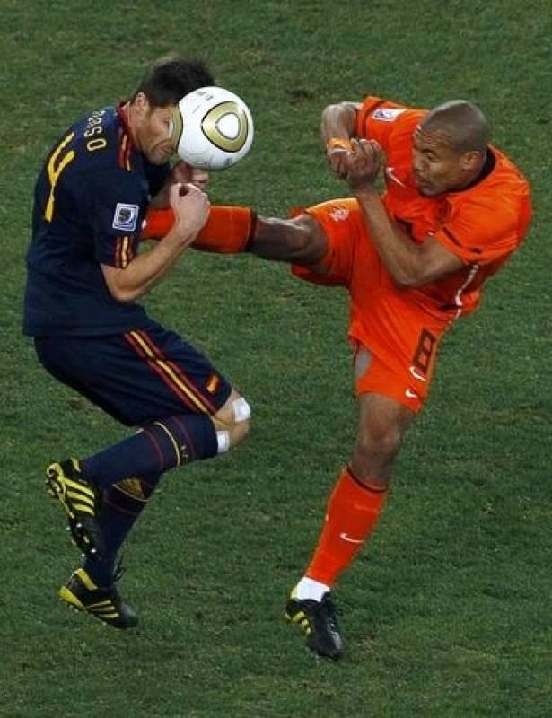 El jugador de la selección de Holanda, De Jong, dio una patada en el pecho al jugador de España, Xavi Alonso, en la final del Mundial de Sudáfrica 2010.